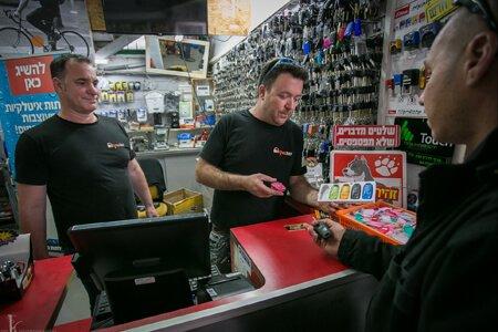 איתמר ושמואל, בחנות מנעולן בחדרה, שירותי מנעולן לרכב, לבית ולעסק.