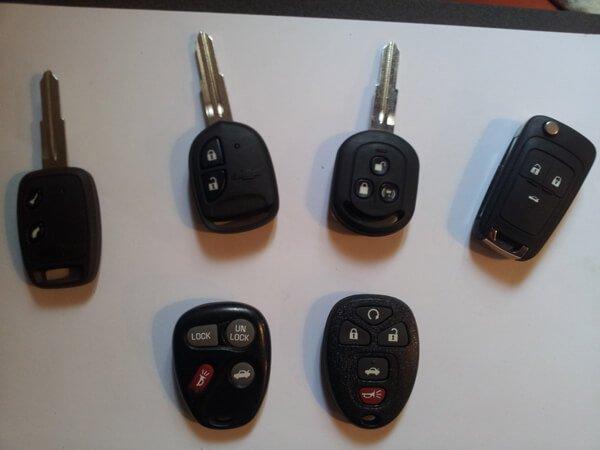למטה: שלטים לרכב, למעלה: מפתחות עם שלט מובנה